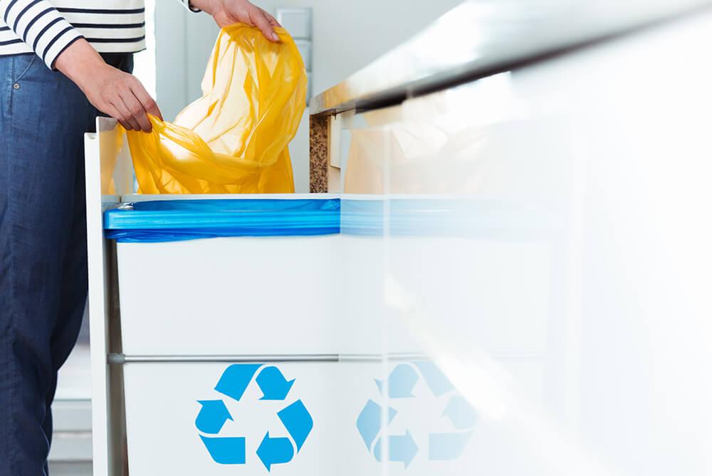 Cubos de reciclaje en una cocina moderna